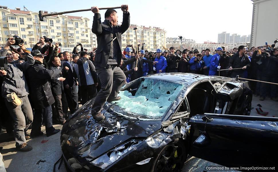 Chinês irritado destroi Lamborghini na base da marreta