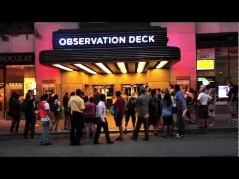 Rapaz finge ser celebridade e arrasta a multidão na Times Square