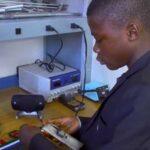 Jovem africano transforma lixo em tecnologia e vai parar no MIT