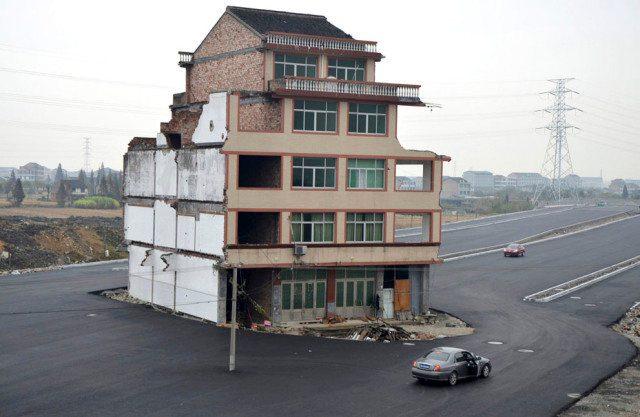 Chinês se recusa a vender casa e ela vai parar no meio de uma auto-estrada