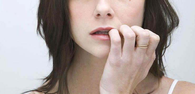 A mania de roer unhas pode estar ligada à ansiedade, nervosismo ou até mesmo o tédio