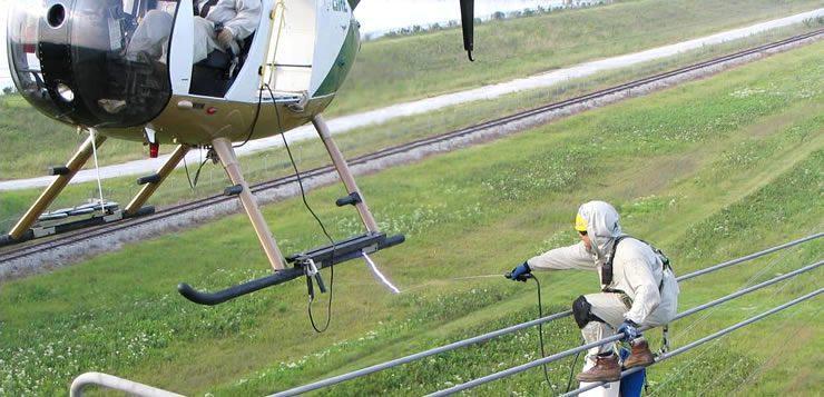 A manutenção de linhas de transmissão em grandes alturas exige transporte de helicóptero