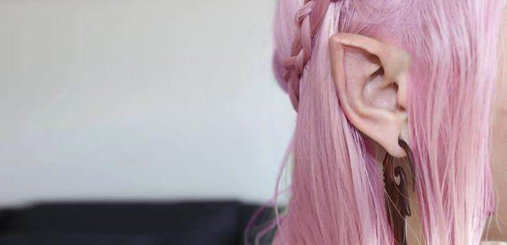 Para ficarem pontiagudas e semelhante à de elfos, as pontas das orelhas são costuradas