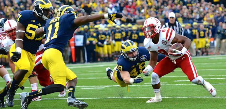 No futebol americano, os jogadores bloqueiam e empurram os adversários usando a força do corpo