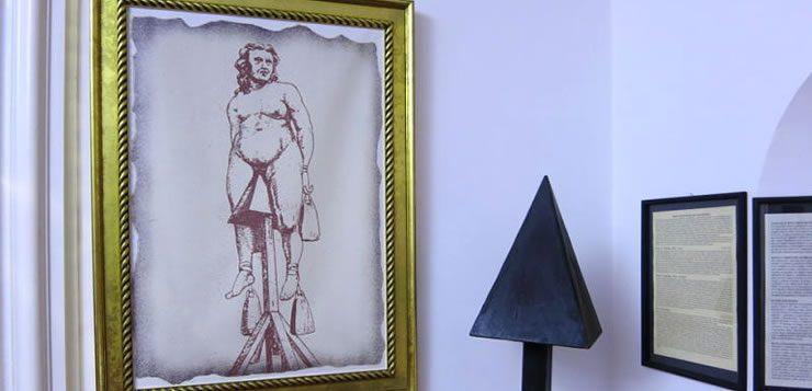 Na cadeira de judas, o torturado era preso por cordas e colocado sentado sobre uma pirâmide de madeira
