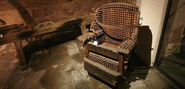 Os torturados que eram presos na cadeira de pregos tinham a pele dilacerada