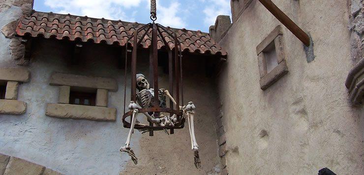 O caixão da tortura consistia em deixar o condenado em uma espécie gaiola até morrer.