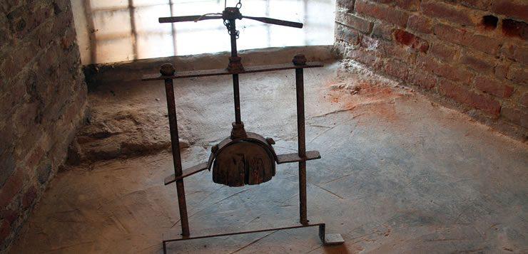 O esmagador de cabeça servia para atravessar o crânio do condenado com um parafuso gigante