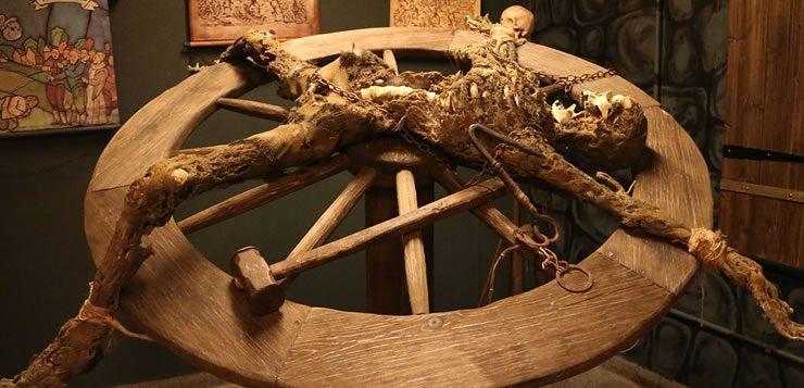 Na roda da tortura, o torturado era preso em uma grande roda e tinha seus membros quebrados