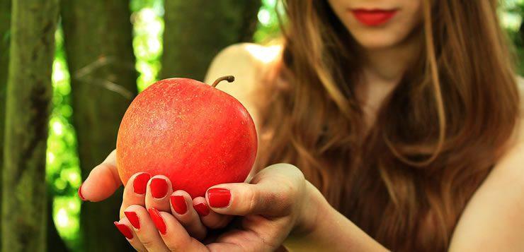 A maça é usada em diversas obras da ficção e literatura para ilustrar o fruto proibido.
