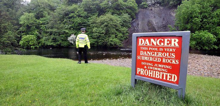 Placa de proibição avisando dos perigos do rio Wharfe