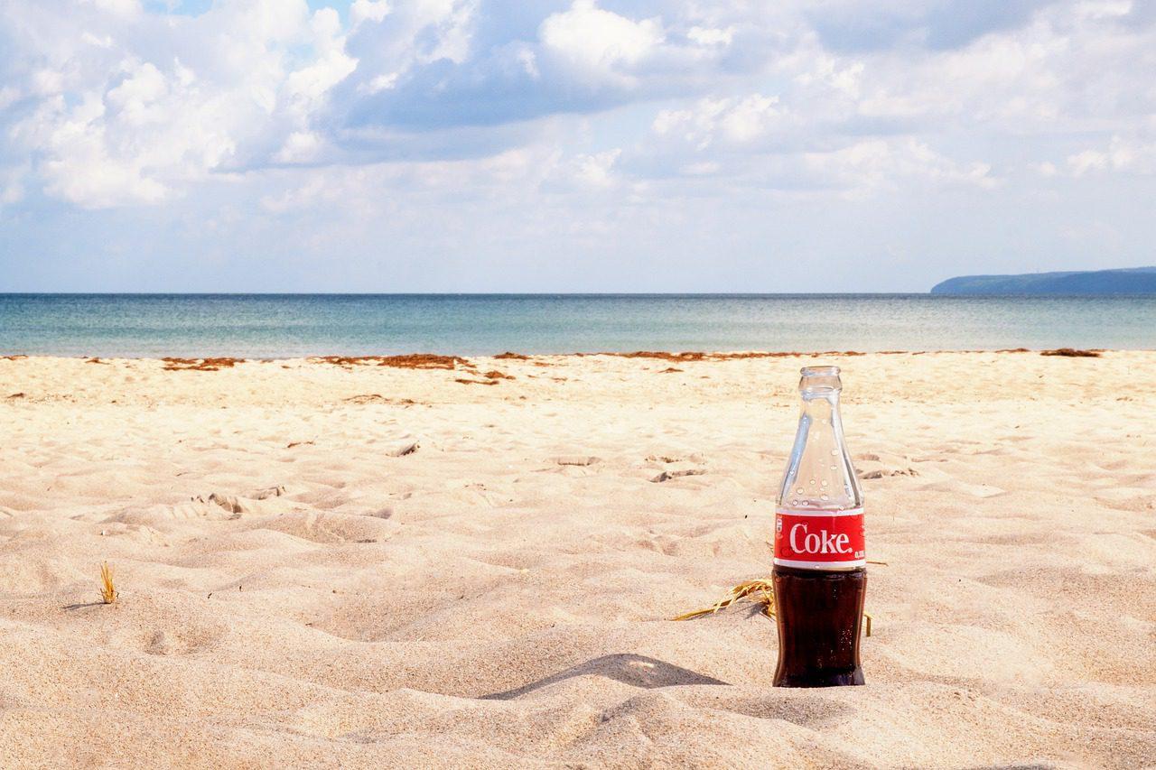 Por que a Coca cola afunda e a zero não?